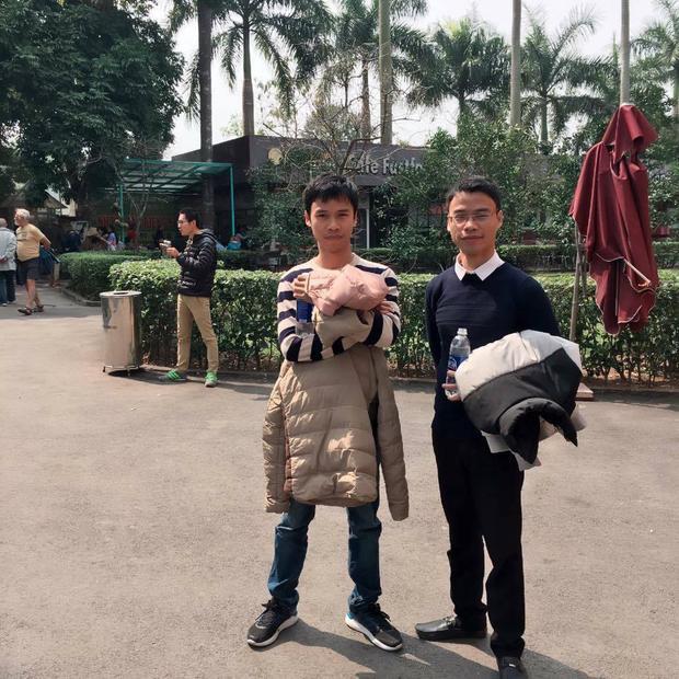 Anh Việt (bên phải) và người em trai sinh đôi.