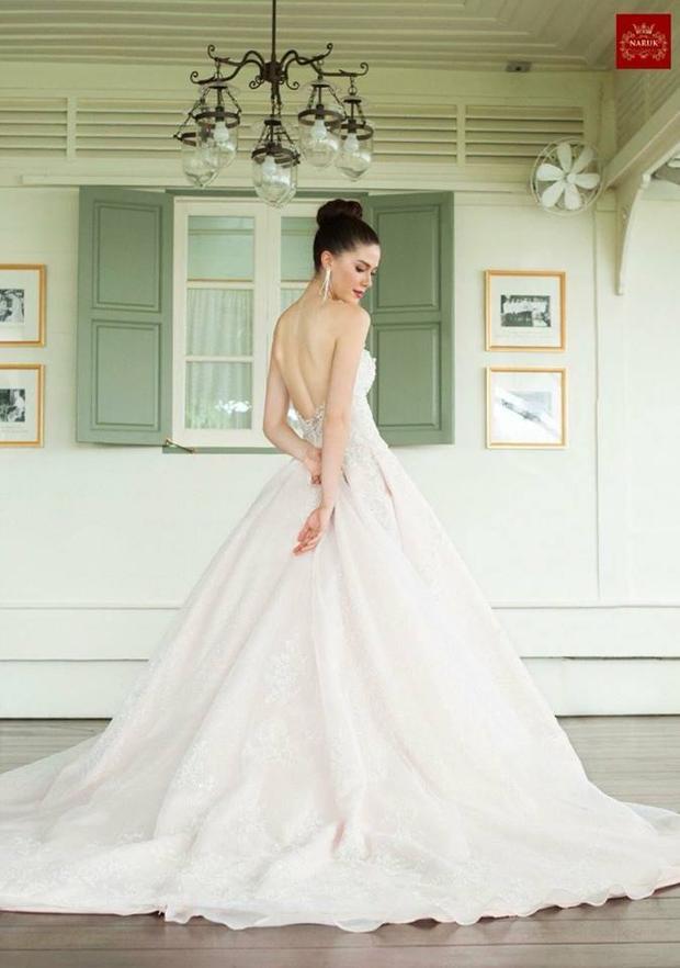 Tông màu trắng cùng thiết kế hở vai phù hợp khiến Maria Poonlertlarp Ehren khoe được hết làn da trắng sứ cùng vóc dáng mảnh mai.