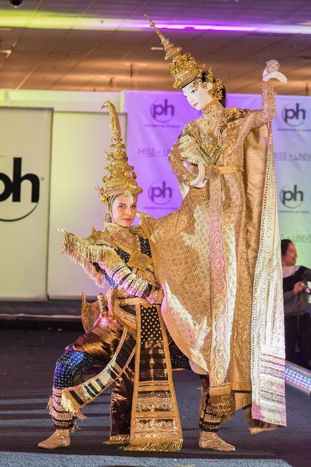 """Hay trang phục dân tộc mang tên """"Dõi theo ánh hào quang"""" lấy ý tưởng từ các vị thần trong tín ngưỡng Thái Lan cũng khiến nhiều người trầm trồ.Sự đầu tư cả về chất liệu, ý tưởng cho trang phục dân tộc phần nào giúp cô có cơ hội giành chiến thắng."""