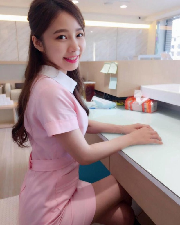 Những tấm hình của nữ y tá trẻ trung được đăng tải trên mạng xã hội và thu hút nhiều lượt chia sẻ cũng như bình luận tích cực dành cho cô.