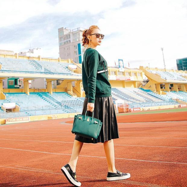 Đơn giản nhất, chỉ với 2 màu đen - xanh rêu như thế này thôi, Minh Hằng vẫn thể hiện street style cực thu hút của mình.