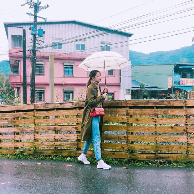 Áo len cổ lọ phối cùng quần jean và giày thể thao cho những ngày thời tiết ẩm ướt, khéo léo kết hợp áo choàng tông màu trầm. Chiếc túi đeo chéo đỏ rực làm điểm nhấn chính, set đồ không cầu kì nhiều phụ kiện nhưng vẫn rất thời trang.