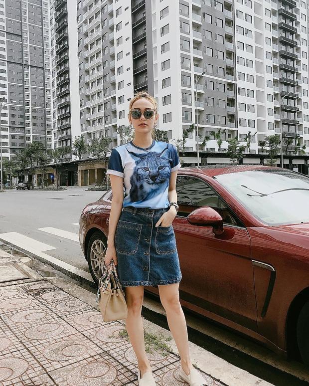 """""""Bé heo"""" thường kết hợp chân váy denim mini cùng áo phông đơn giản khi xuống phố. Để không đơn điệu, cô chọn túi xách cùng màu tóc, hoàn thiện set đồ với slip-on năng động."""