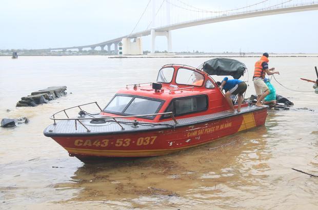 Lực lượng chức năn trục vớt thi thể nạn nhân.