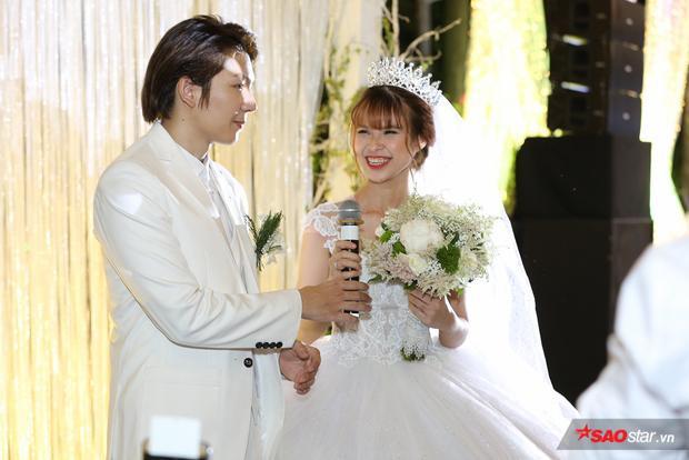 Kiều Minh Tuấn hôn Cát Phượng sau khi nhận hoa cưới từ vợ chồng Khởi My  Kelvin Khánh