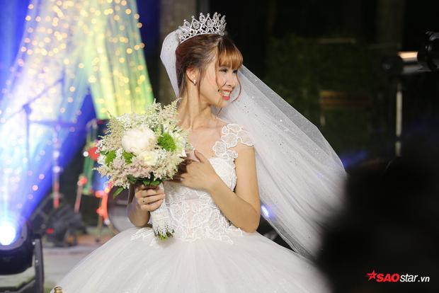 Cô dâu Khởi My rạng rỡ bên ông xã Kelvin Khánh trong tiệc cưới tối nay.
