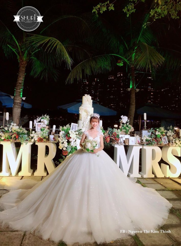 Cận cảnh váy cưới lộng lẫy của giọng ca Gửi cho anh.