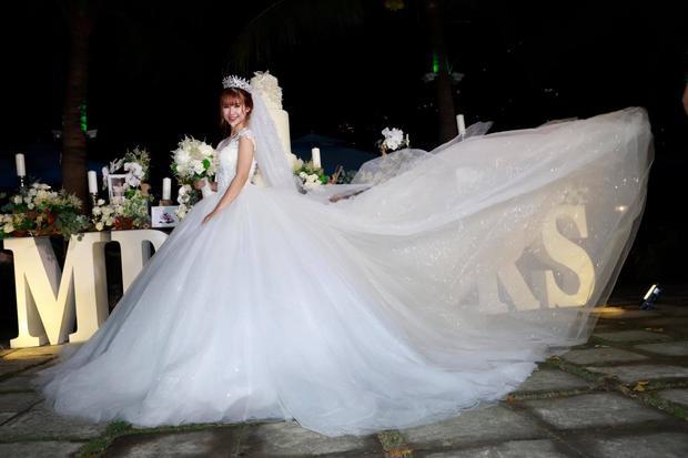 Chiếc váy biến Khởi My thành nàng công chúa bước ra từ chuyện cổ tích.