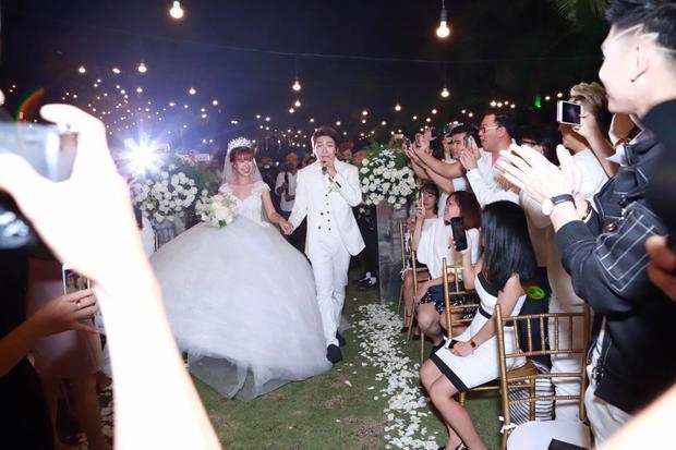 Khởi My hóa công chúa khi diện váy cưới hoành tráng