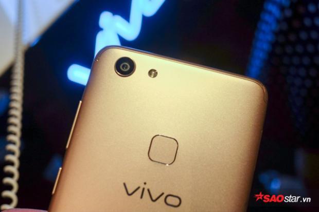 Cảm biến vân tay của máy nằm ở mặt lưng. Bên cạnh cảm biến vân tay, Vivo V7 còn có một tính năng bảo mật khác là quét khuôn mặt.