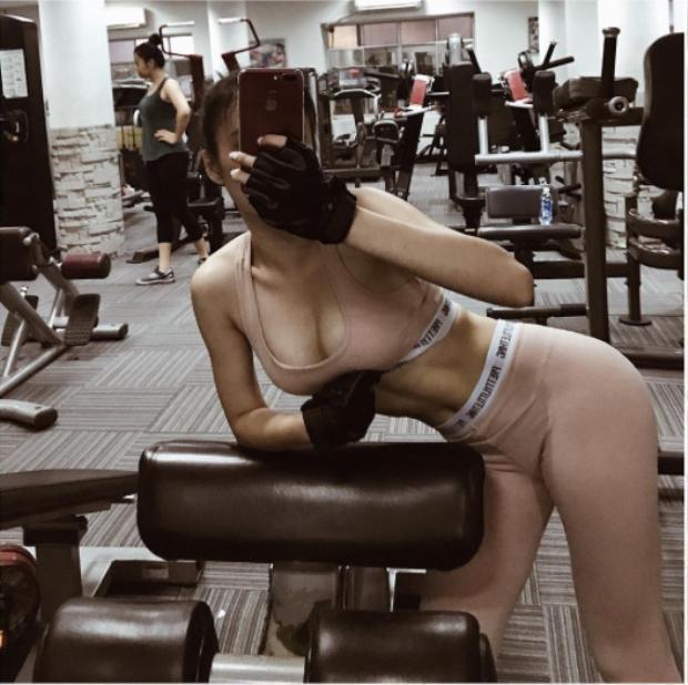 Ở trong phòng tập Trinh vẫn không quên đẹp và sexy. Trinh quyết tâm cải thiện vóc dáng và đến với gym với sự nghiêm túc hết mình.