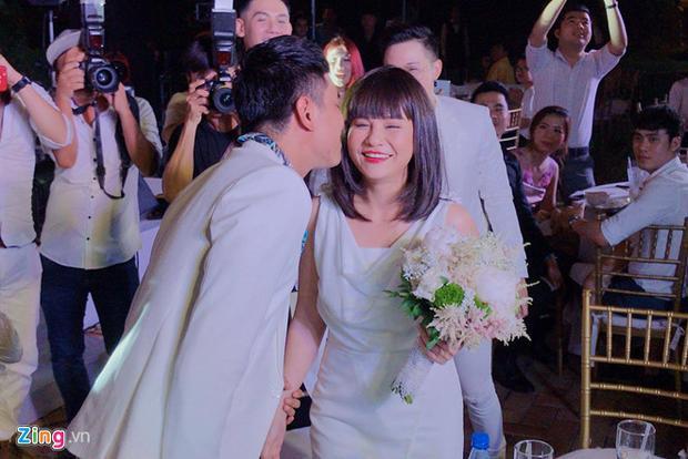 Kiều Minh Tuấn hôn Cát Phượng sau khi nhận hoa cưới từ Khởi My. Ảnh: Zing.vn