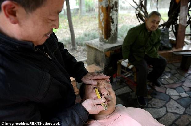 Rợn người cảnh thợ cắt tóc lấy gỉ mắt cho khách bằng dao cạo