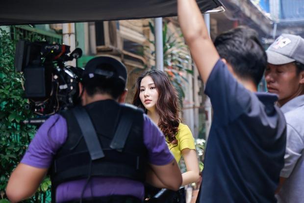 """Diễm My 9x trên phim là nhà thiết kế quyền lực nhất Sài Gòn nhưng trong MV Tân thời lại phải """"dầm mưa dãi nắng"""" để trở thành cô người yêu """"sống ảo"""" của Jun Phạm."""