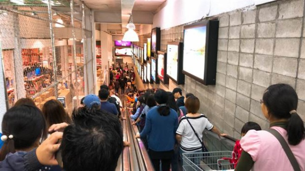 """Không chỉ ở Mỹ, không khí này mua sắm dịp """"đại lễ"""" này cũng sục sôi ở nhiều nơi khác trên thế giới. Hòa chung không khí Black Friday, người dân ở Đài Loan, Trung Quốc cũng lũ lượt kéo nhau về các trung tâm mua sắm để """"săn"""" đồ giảm giá."""