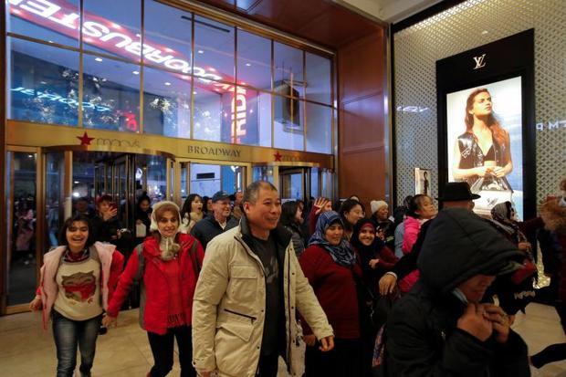 Người dân ùa vào trung tâm mua sắm ở Manhattan, New York, khi cánh cửa vừa mở.