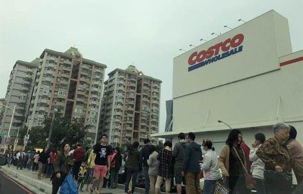 Mới rạng sáng nhưng trước cửa hàng Costco ở Đài Loan (Trung Quốc) đã đông nghịt người. Để được mua những món hàng với giá hời, họ đã xếp hàng đứng ở đây từ lúc 3 giờ sáng.