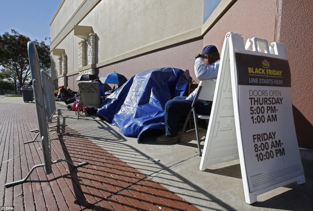 Tấm biển nhỏ bên ngoài cửa hàng Best Buy hứa hẹn sẽ mang lại nhiều mặt hàng với giá cực ưu đã cho người dân.