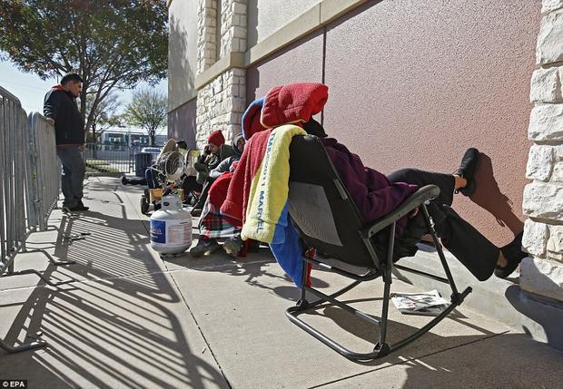 Không ít người mang theo ô, mũ và chăn, thậm chí là ghế tới trước cửa hàng để có một chỗ ngồi dễ chịu, thoải mái hơn.