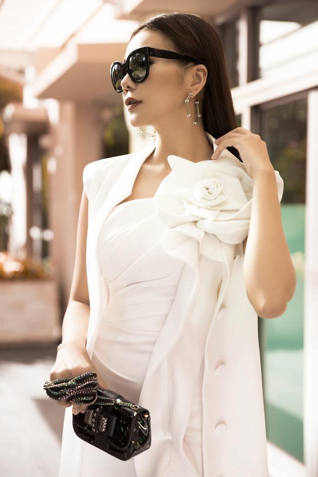 Bộ váy trắng với điểm nhấn bông hoa trên vai vừa mềm mại nhưng cũng thật thu hút.