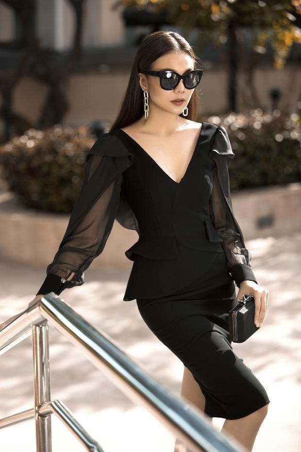Những bộ váy ngắn, với thiết kế ôm sát cơ thể giúp tôn lên đường cong quyến rũ của người đẹp.