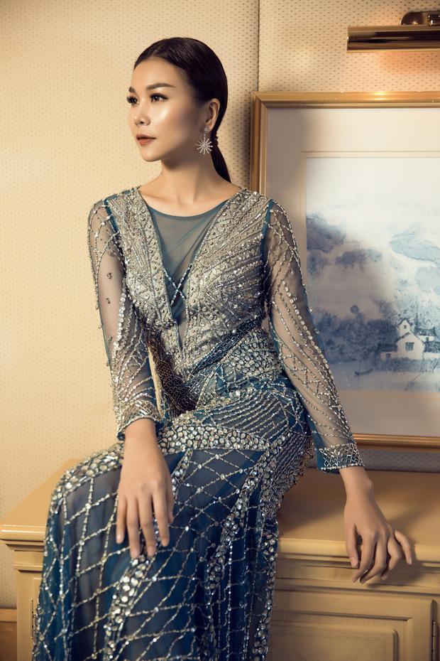 Các chi tiết được chăm chút kĩ trên trang phục kết hợp cùng thần thái đầy quyến rũ, cô khiến người xem không thể rời mắt bởi sự ma mị, sắc sảo của mình. Ngoài ra, siêu mẫu cũng rất tinh tế khi đeo bông tai bản to để phù hợp với trang phục.