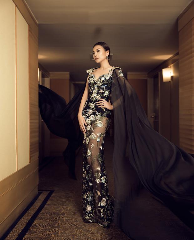 Những điểm nhấn ren giúp tôn lên đôi chân dài miên man cho người mẫu. Cut out ở lưng, đính tà ở hai cầu vai khiến siêu mẫu trông đầy quyền lực.
