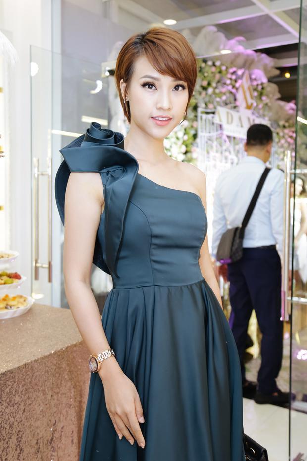 Kể từ khi đổi kiểu tóc tém, á hậu Hoàng Oanh được khen ngợi về hình tượng cá tính, mạnh mẽ, song cô chia sẻ nhiều khách hàng không thích vẻ ngoài mới của mình. Dù vậy, nữ MC vẫn quyết tâm thử nghiệm phong cách hiện đại.
