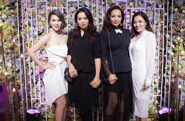 Cặp người mẫu song sinh Thuý Hằng, Thuý Hạnh dù bận rộn vẫn dành thời gian đến dự khai trương, ủng hộ Lý Phương Châu bước sang lĩnh vực mới.