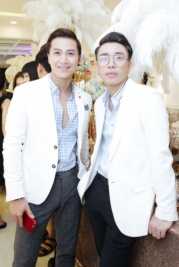 """Mai Tiến Dũng, stylist Hoàng Ku cùng diện vest trắng khá """"đẹp đôi"""" khi xuất hiện ở buổi tiệc. Nam ca sĩ hải ngoại khá chăm chỉ tham gia các hoạt động nghệ thuật tại Việt Nam trong thời gian qua."""