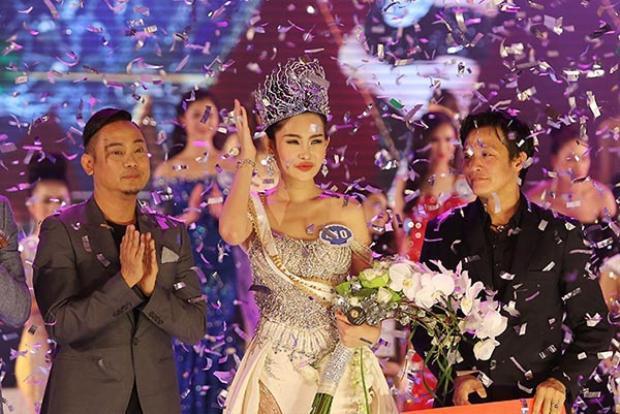 Hoa hậu Ngân Anh và ông Võ Việt Chung - trưởng BTC cuộc thi (ngoài cùng bên trái).