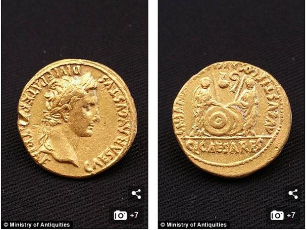 Những đồng xu vàng từ thời hoàng đế đầu tiên của Rome.