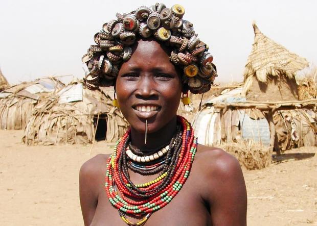 Phụ nữ Daasanach có sở thích tái chế rác thải thành đồ trang sức.
