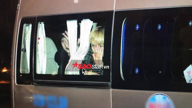 Lai Guan Lin và Park Ji Hoon không thả rèm cửa ô tô.