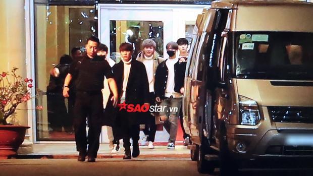 Wanna One đi cổng VIP, đi thẳng ra xe di chuyển tới nhà hát Hoà Bình.