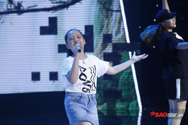 Hoài Ngọc chứng tỏ bản lĩnh sân khấu bằng phong cách trình diễn tự tin.