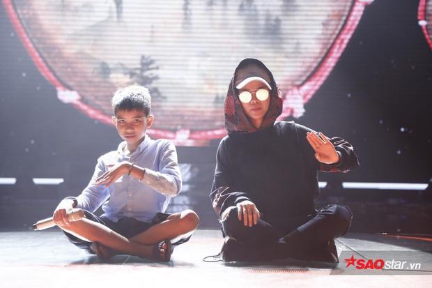 Cô hướng dẫn cho học trò Đình Tâm biểu diễn sao cho đúng thể loại và hát thật lôi cuốn.