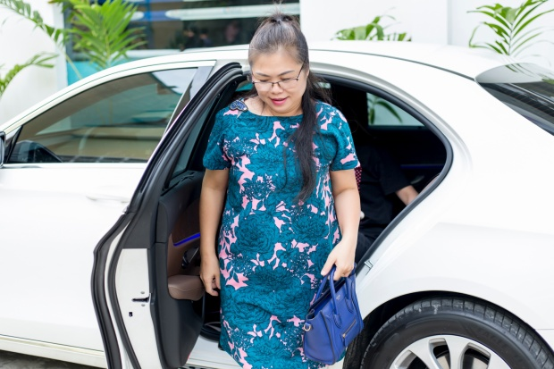 Trước thềm chung kết, mẹ nữ ca sĩ Hương Tràm đã đến trực tiếp cổ vũ cho con gái cưng đang tập luyện cùng các học trò của mình.