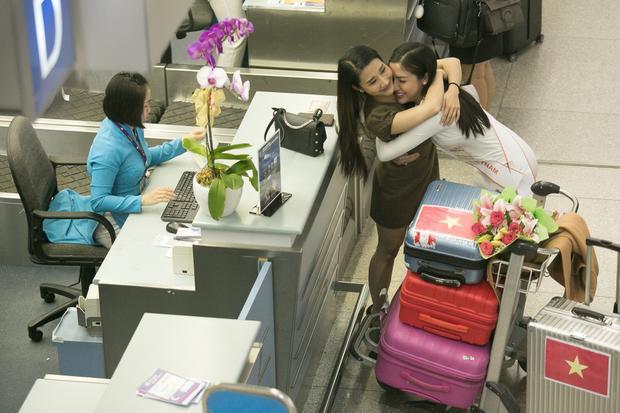 Chị gái Khánh Phương ôm chặt cô em bé nhỏ và không quên gửi lời chúc may mắn.