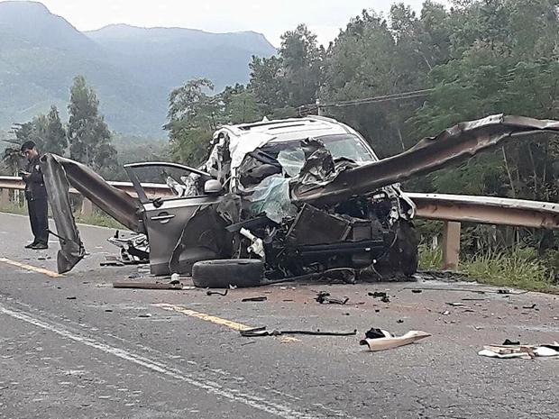 Ôtô nát vụn sau vụ tai nạn kinh hoàng trong đêm.