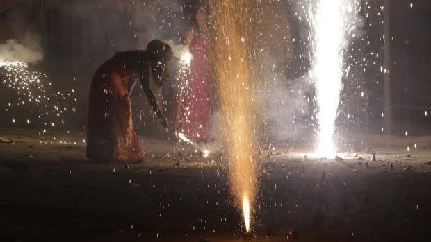 """New Delhi: Mọi người đốt pháo hoa cho """"lễ hội ánh sáng"""" Diwali - một trong những lễ kỷ niệm quan trọng nhất của Ấn Độ."""
