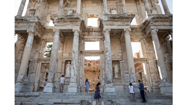 Selçuk, Thổ Nhĩ Kỳ: Thư viện Celsus được xây dựng tại thành phố cổ Ephesus khoảng 114-117 sau Công Nguyên - nay là Thổ Nhĩ Kỳ. Mặt tiền đã được xây dựng lại bởi các nhà khảo cổ học vào những năm 1970.