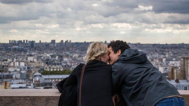 Paris: Khách du lịch hôn nhau, nhìn từ bên ngoài Nhà thờ Sacré Coeur ở Montmartre.