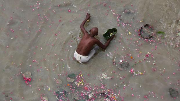 Phaphamau, Ấn Độ: Vào tháng 9, tín đồ Hindu thực hiện nghi thức Pind Daan cho linh hồn tổ tiên ở sông Ganges tại Phaphamau ở Allahabad, Ấn Độ.