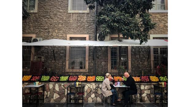 Một quán cafe ngoài trời ở thành phố cảng Mersin của miền nam Thổ Nhĩ Kỳ. Thành phố được đặt theo tên của cây Myrsine - giống cây phát triển mạnh ở đây.
