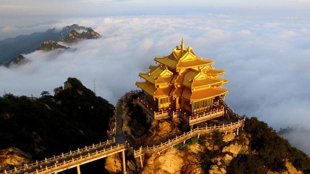 Hà Nam, Trung Quốc: Trên đỉnh ngọn núi Lão Quân, thành phố Lạc Dương, khi không bị che khuất bởi mây mù. Đỉnh đá vôi tuyệt đẹp có cáp treo là một điểm thu hút khách du lịch.