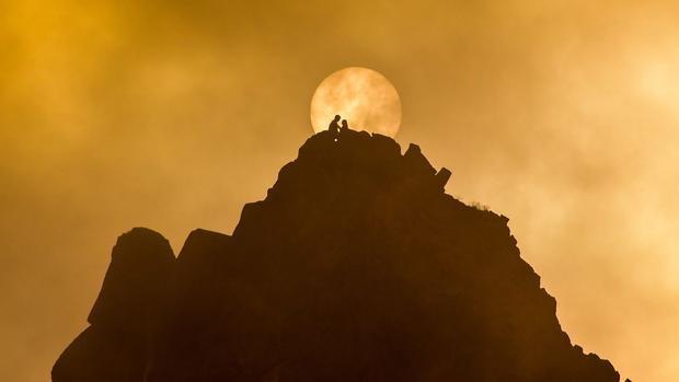 """Kamchatka, Nga: Mặt trời chiếu sáng trên núi Verblyud. Ngọn núi có nghĩa là lạc đà bằng tiếng Nga bởi vì nó có """"hai bướu"""" ở bên trên."""