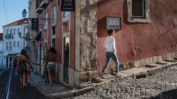 Lisbon: Khu phố Castelo lịch sử, được bao quanh bởi lâu đài Moorish ở São Jorge, có kiến trúc truyền thống và nhìn ra đỉnh đồi.