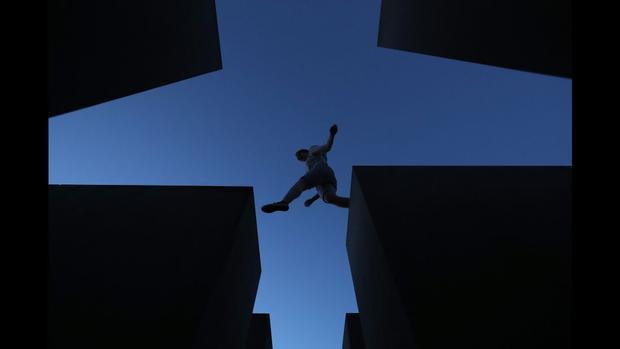 Berlin: Một du khách nhảy qua một trong 2.711 khối bê tông tạo thành Đài tưởng niệm Holocaust, được thiết kế bởi kiến trúc sư Peter Eisenman và kỹ sư Buro Happold.