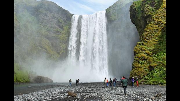 Asolfsskali, Iceland: Thác Skogafoss là một trong những thác lớn nhất và nổi tiếng ở miền Nam Iceland. Thác nước hùng vĩ thường xuất hiện cầu vồng vào những ngày nắng.